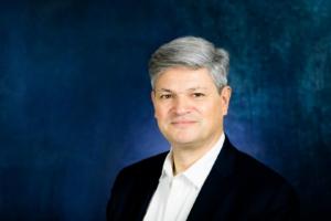 Portrait professionnel en studio avec un fond bleu - Photographe corporate